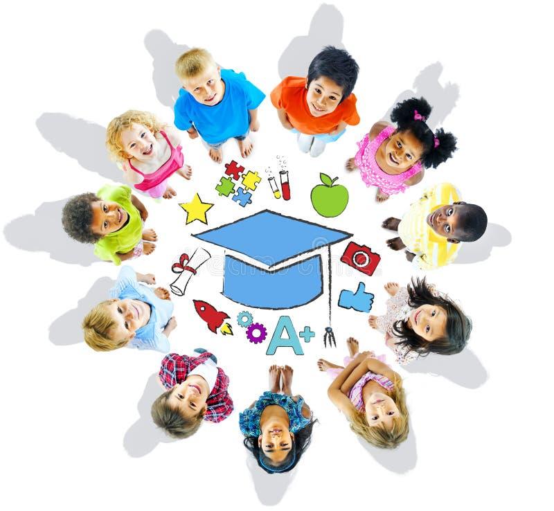 Gruppe des Kinderkreises und des Bildungs-Konzeptes stockfoto
