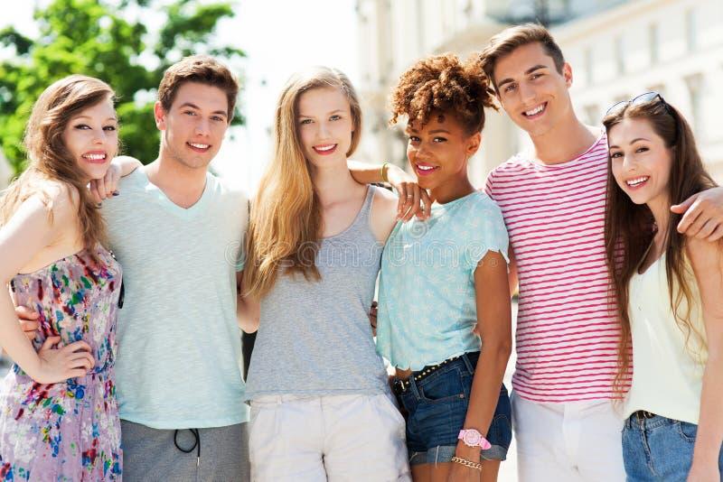 Gruppe des Lächelns der jungen Leute stockfotografie