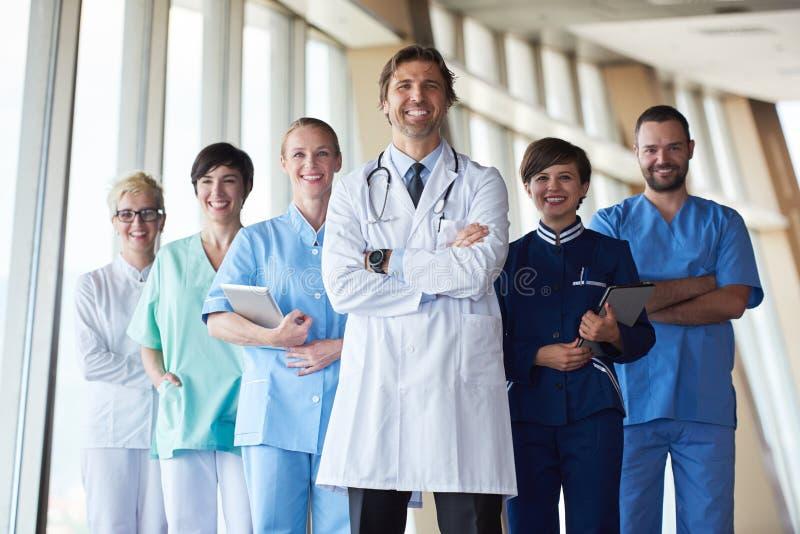 Gruppe des medizinischen Personals am Krankenhaus stockfotografie