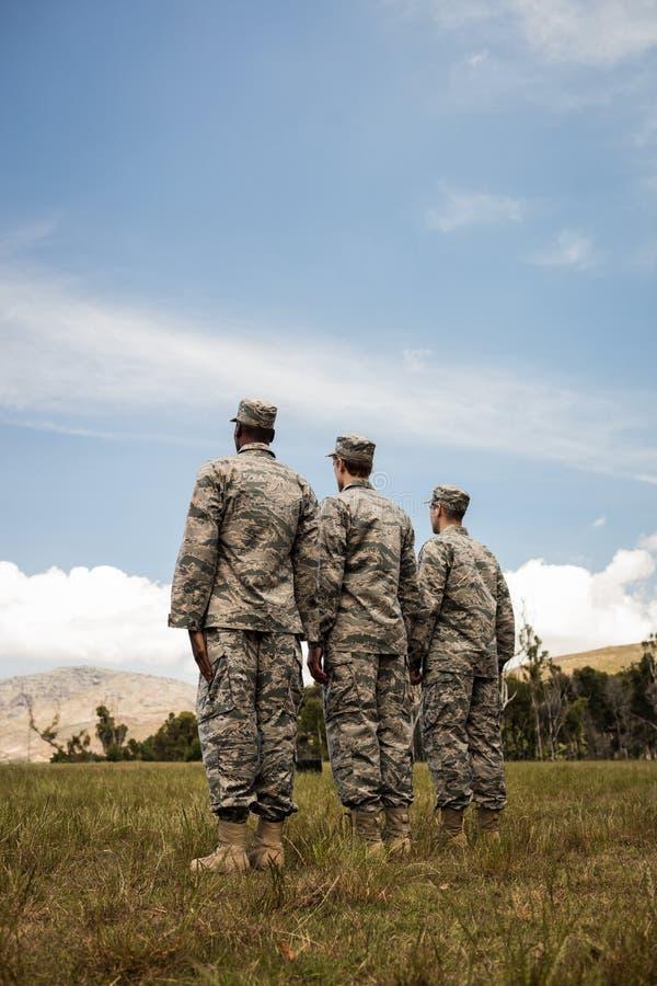 Gruppe des Militärsoldatschlangestehens lizenzfreie stockbilder