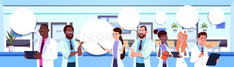 Gruppe des Mischungs-Rennens behandelt Standing Over Modern Hospital oder Klinik-Innenraum-Hintergrund lizenzfreie abbildung