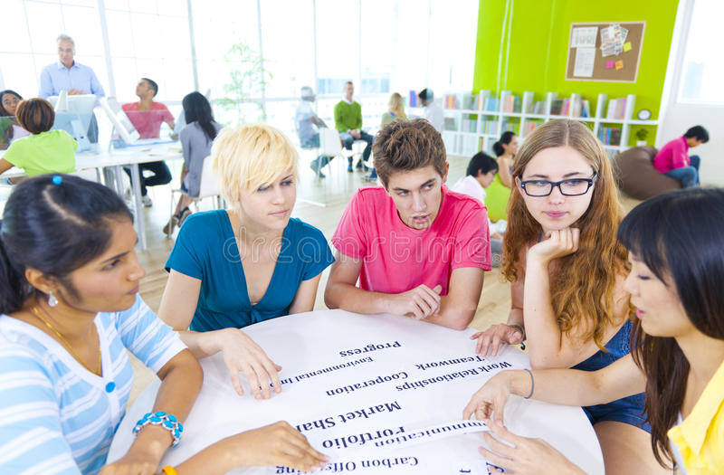 Gruppe des Studenten in der Universität stockbild