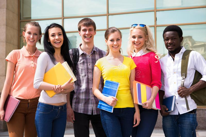 Gruppe des Studenten im Freien lizenzfreie stockbilder