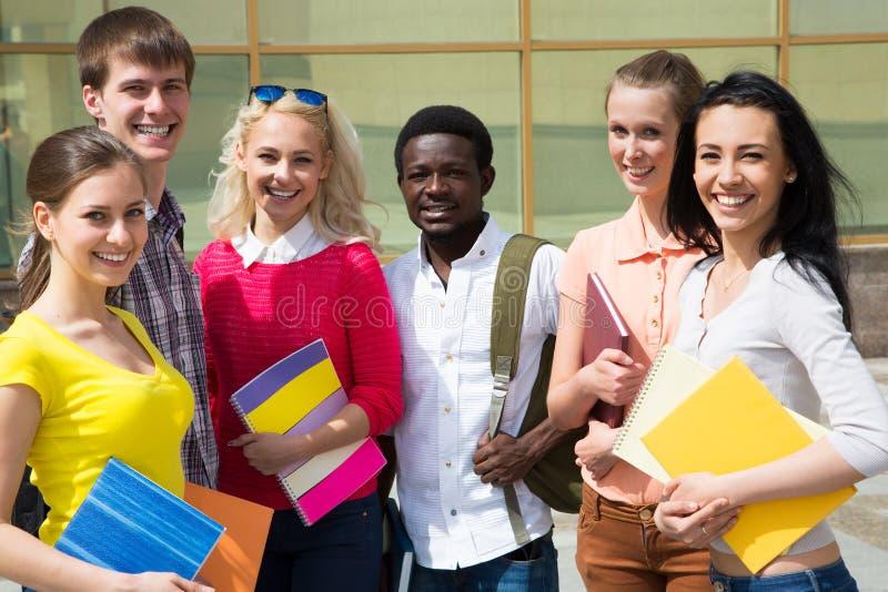 Gruppe des Studenten im Freien lizenzfreie stockfotos