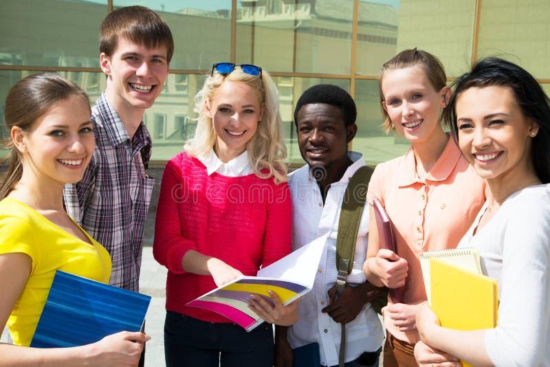 Gruppe des Studenten im Freien stockbilder