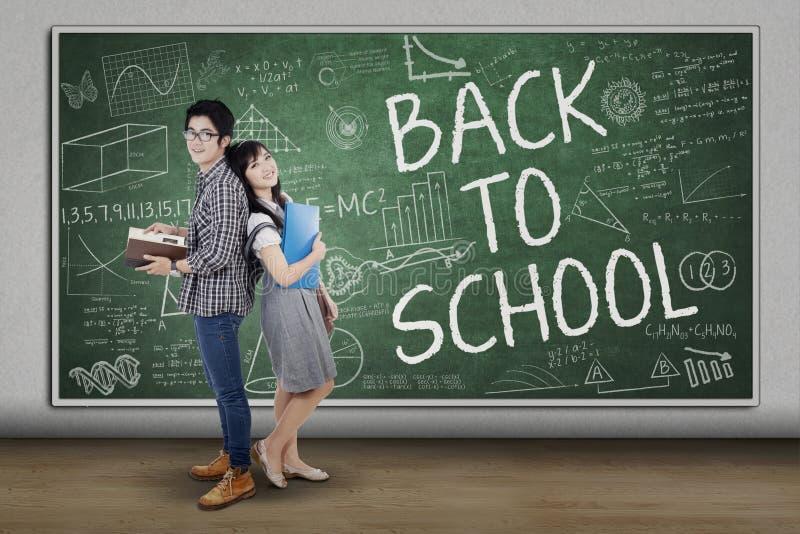 Gruppe des Studenten zurück zu Schule lizenzfreies stockfoto