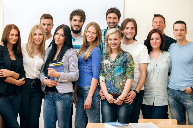 Gruppe des Studentenlächelns stockbild