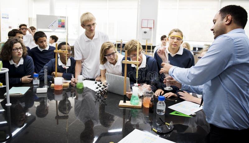 Gruppe des Studentenlaborlabors im Wissenschaftsklassenzimmer stockfotos