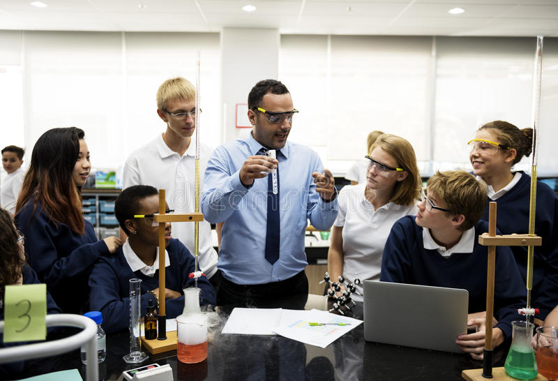 Gruppe des Studentenlaborlabors im Wissenschaftsklassenzimmer lizenzfreies stockbild
