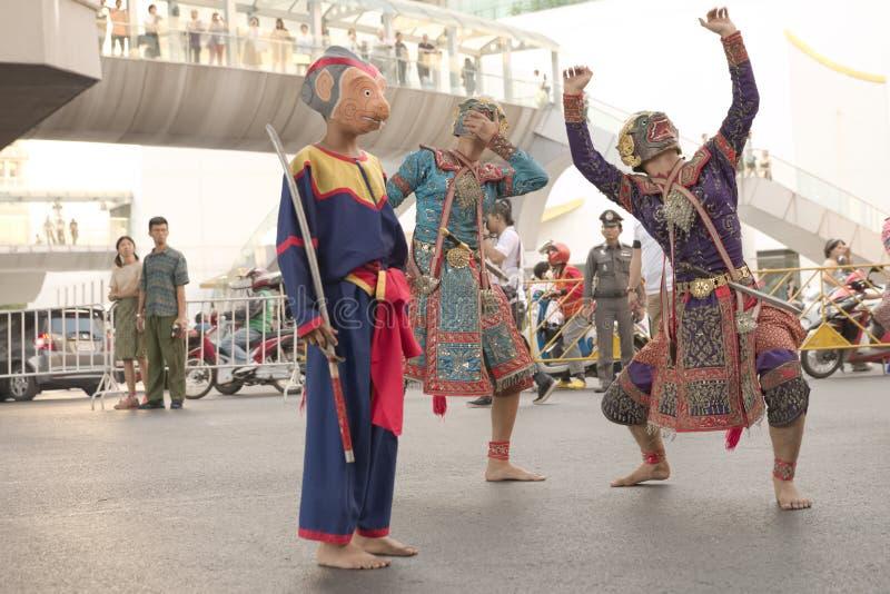Gruppe des thailändischen traditionellen Dramaausführenden, der für Fotografen aufwirft stockbild
