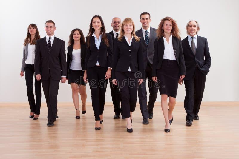 Gruppe des Unternehmensleiternäherns lizenzfreies stockbild