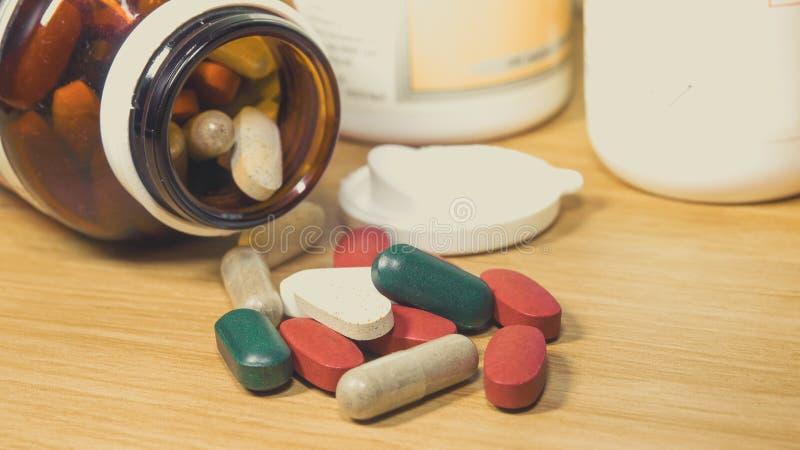 Gruppe des Vitamins, Vitamin, Droge, Multivitamin, Kräuterergänzungskappe stockbilder
