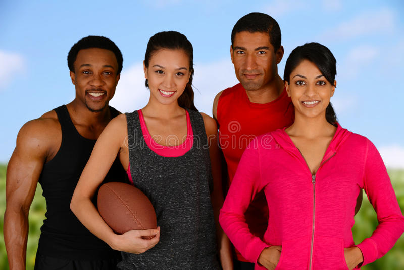Gruppe, die Fußball spielt stockfotos