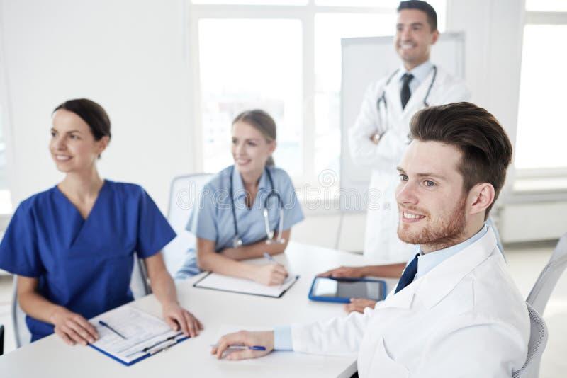 Gruppe Doktoren auf Darstellung am Krankenhaus stockfoto
