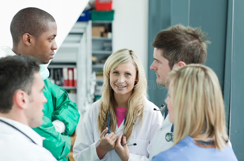 Gruppe Doktoren, die im Krankenhaus sprechen stockbild