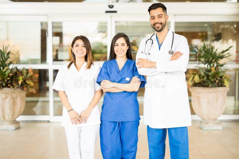 Gruppe Doktoren in einem Krankenhauseingang lizenzfreie stockfotografie
