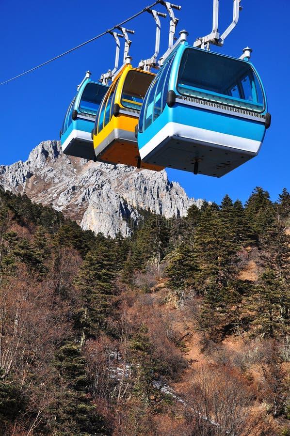 Download Gruppe Drahtseilbahnkabinen Im Tal Des Blauen Mondes Stockfoto - Bild von landschaft, seilzug: 26362882