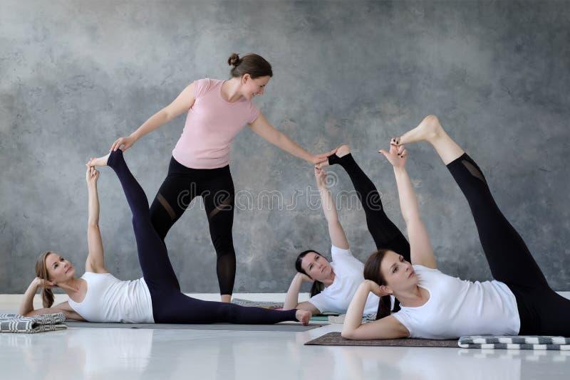 Gruppe einiger europäischer Frauen, die Yogalage anantasana tun lizenzfreie stockfotografie