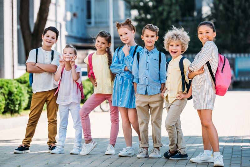 Gruppe entzückende Schüleraufstellung stockfoto