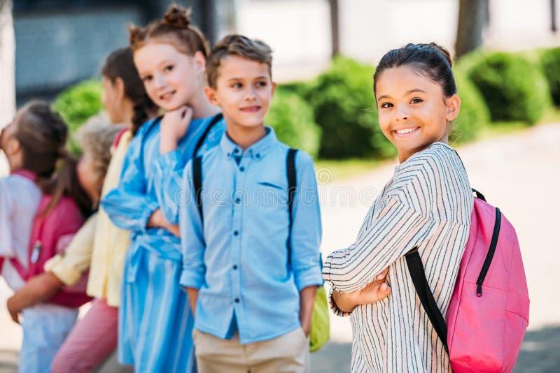 Gruppe entzückende Schulkinder, die Zeit zusammen spening sind lizenzfreies stockfoto