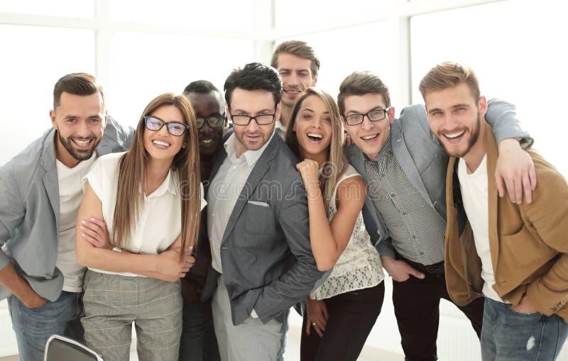Gruppe erfolgreiche Geschäftsleute, die im Büro stehen lizenzfreie stockfotos