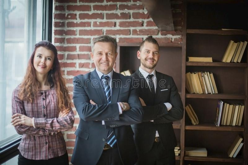 Gruppe erfolgreiche Geschäftsleute, die im Büro stehen stockbilder