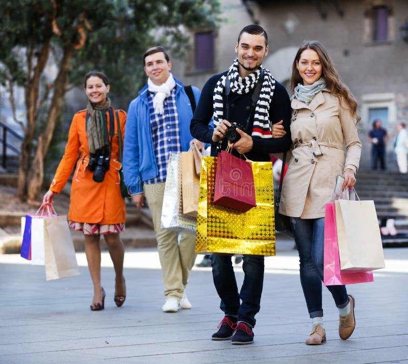 Gruppe Erwachsene mit Einkaufstaschen stockfoto