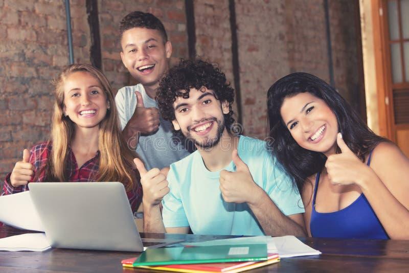 Gruppe europäische Studenten, die sich Daumen zeigen lizenzfreie stockfotografie