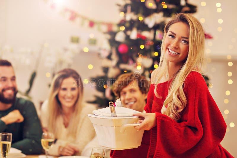 Gruppe Familie und Freunde, die Weihnachtsessen feiern stockbilder