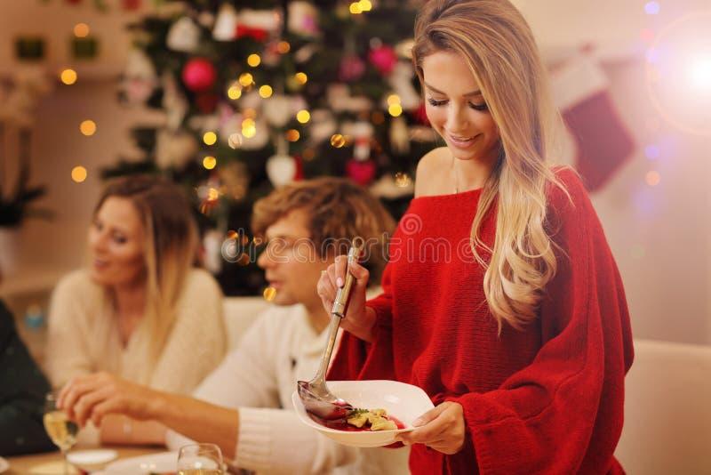 Gruppe Familie und Freunde, die Weihnachtsessen feiern stockfoto
