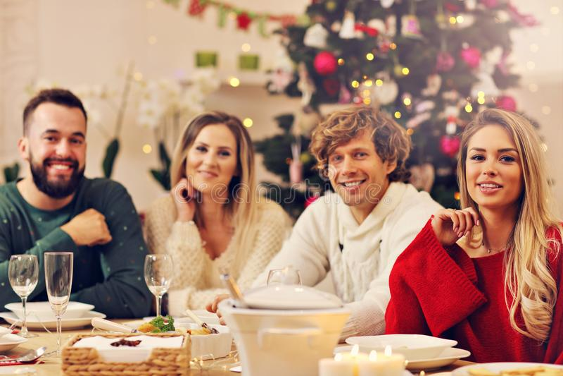 Gruppe Familie und Freunde, die Weihnachtsessen feiern lizenzfreies stockfoto