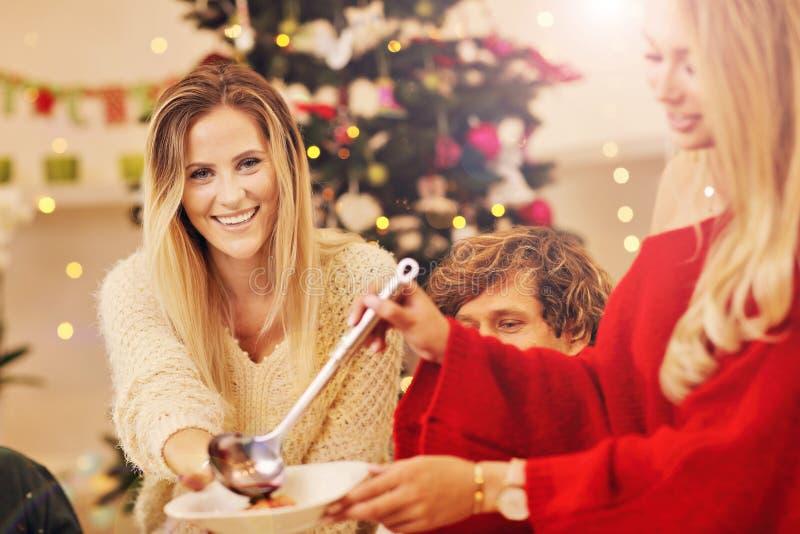 Gruppe Familie und Freunde, die Weihnachtsessen feiern lizenzfreie stockfotografie