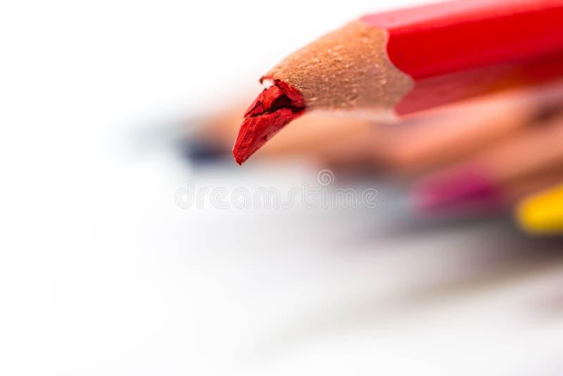 Gruppe Farbe zeichnet, gebrochener roter Bleistift auf Fokusabschluß herauf Makroschuß an stockbilder