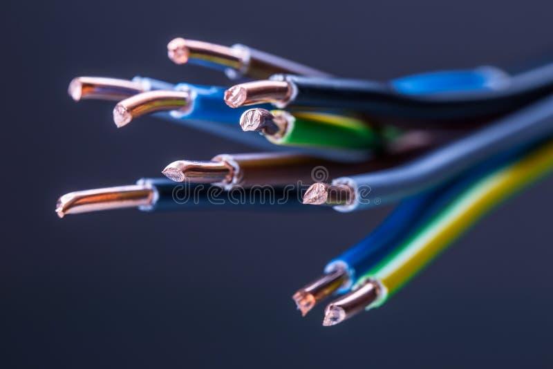 Gruppe farbige elektrische Kabel - Atelieraufnahme lizenzfreie stockbilder