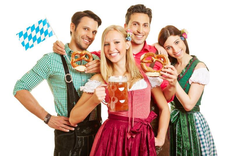 Gruppe feiernde Freunde lizenzfreies stockfoto