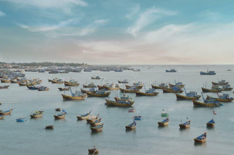 Gruppe Fischerschiffe und die Boote, die nahe dem Vietnam stoppen, fahren mit Aquahimmel die Küste entlang stockfotografie