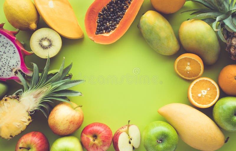 Gruppe Früchte auf grünem Farbraum lizenzfreie stockbilder