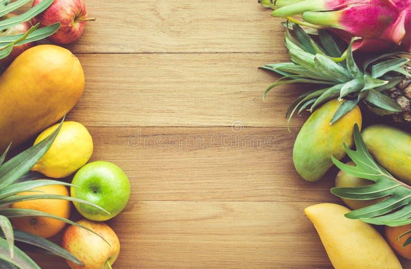 Gruppe Früchte auf hölzerner Tabelle mit Raum lizenzfreie stockfotografie