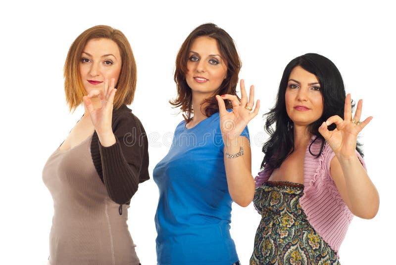 Gruppe Frauen, die okayzeichen zeigen stockbild