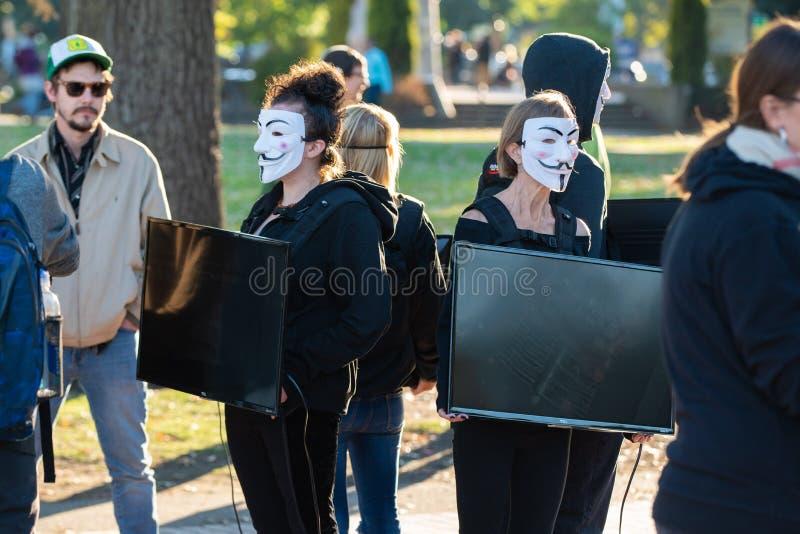 Gruppe Frauen mit Guy Fawkes-Masken stockbild
