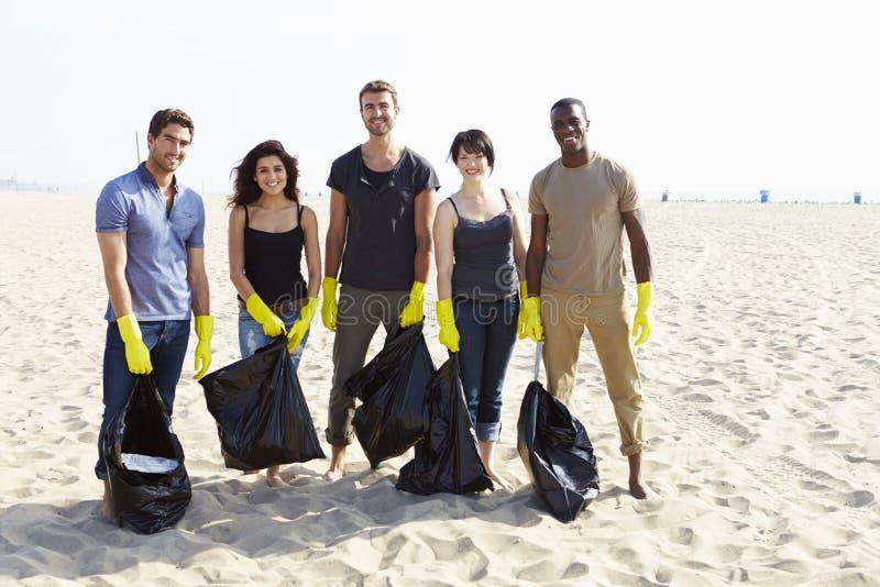 Gruppe Freiwilligen, die Abfall auf Strand aufräumen lizenzfreie stockbilder