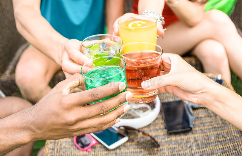 Gruppe Freunde übergibt trinkende Sommercocktails an der Strandbar stockfotos
