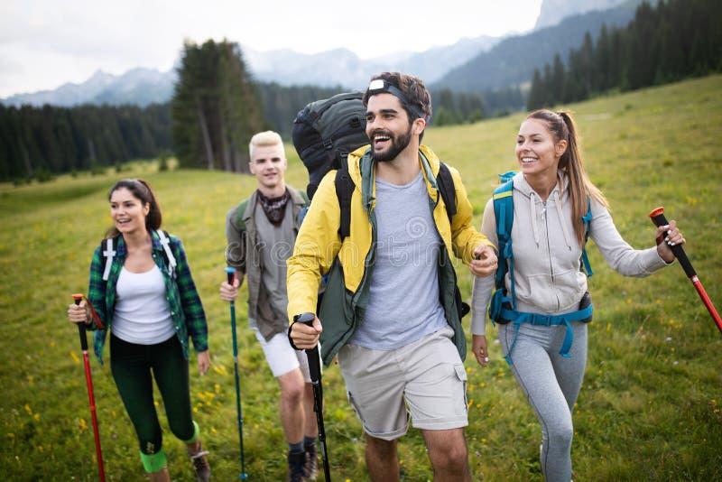 Gruppe Freunde auf einem Berg M?nner und Frauen, die Felsen klettern lizenzfreie stockfotos