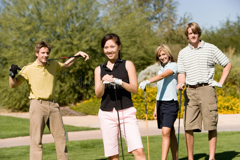 Gruppe Freunde auf Golfplatz stockfotografie