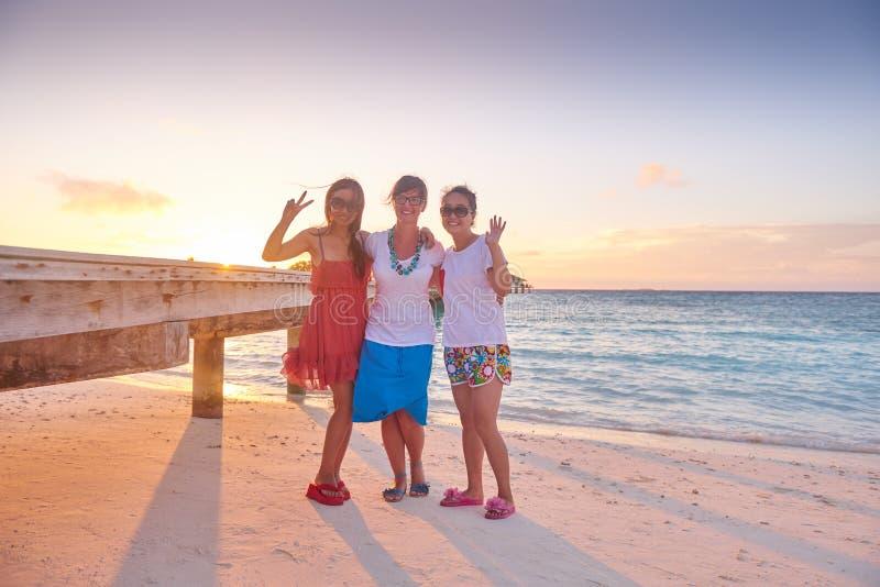 Gruppe Freunde auf schönem Strand lizenzfreie stockbilder