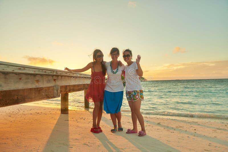 Gruppe Freunde auf schönem Strand lizenzfreie stockfotografie