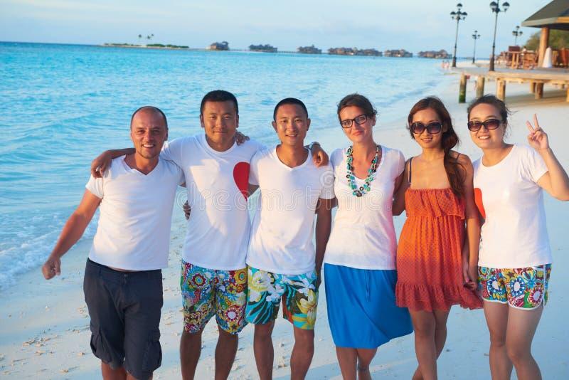 Gruppe Freunde auf schönem Strand stockfotos