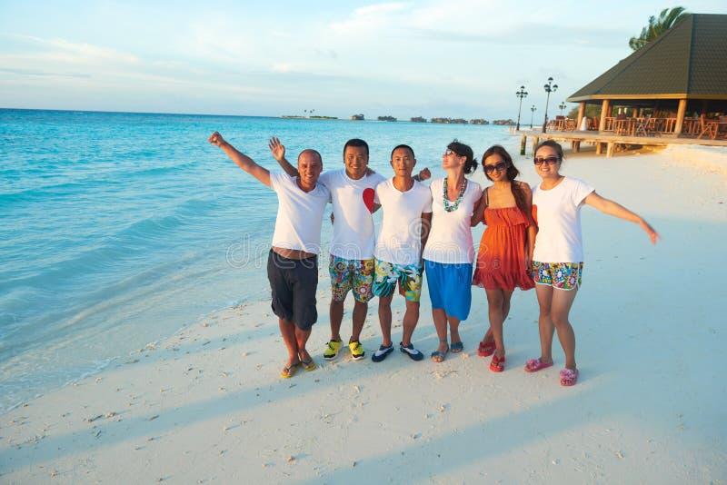 Gruppe Freunde auf schönem Strand stockfotografie