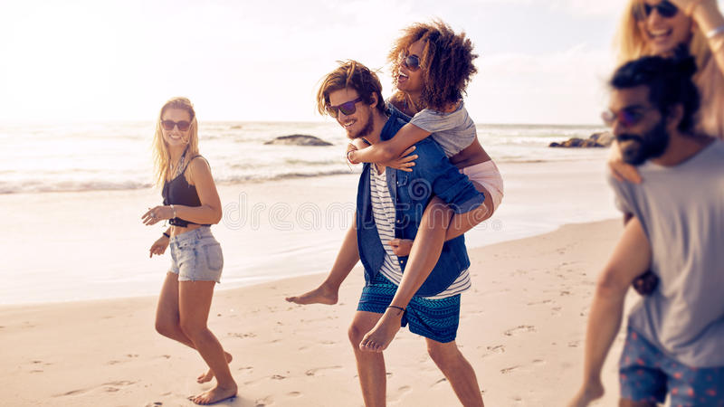Gruppe Freunde auf Strandferien stockfotografie