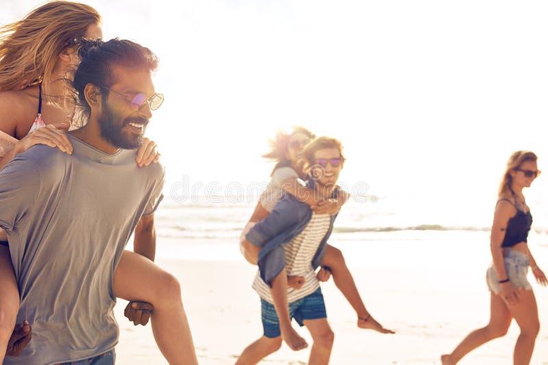 Gruppe Freunde auf Strandferien lizenzfreies stockfoto